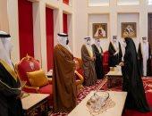 ولى عهد البحرين يقدم العزاء إلى نجل رئيس وزراء المملكة الراحل.. صور