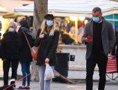 """ليف شرايبر يتسوق فى البندقية بصحبة صديقته تايلور نيسين بـ""""الكمامة"""".. صور"""
