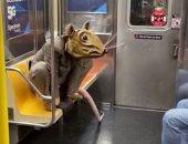 رجل يتخفى فى مترو نيويورك بملابس فأر لضمان التباعد الاجتماعى .. فيديو وصور