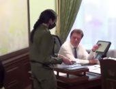 الأمن يفاجئ عمدة مدينة روسية بالاعتقال من داخل مكتبه بتهمة الفساد.. فيديو