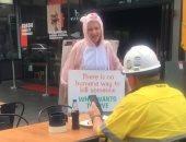 """ناشطة نباتية بأستراليا تعترض """"زبون"""" خلال تناول طعامه من اللحم.. فيديو"""