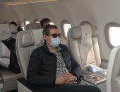 """""""ملك الحركات"""" بنظارة شمس داخل طائرة المنتخب خلال توجه البعثة إلى توجو"""