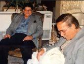 حفيد محمود ياسين فى صورة نادرة من طفولته مع أجداده: عشت ٢٠ سنة فخور بكما