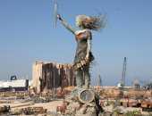 ركام انفجار بيروت يتحول إلى رمز للأمل ..فنانة لبنانية تنحت تمثال النهوض..ألبوم صور