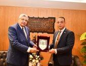 مستشار رئيس الجمهورية لشئون الصحة والوقاية يصل جامعة الفيوم للحديث عن كورونا