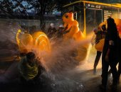 البط المطاطى وسيلة حماية المحتجين فى تايلاند ضد المياه وقنابل الغاز.. صور