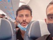 فرحة كوكا والشناوى وفتحى داخل طائرة العودة لمصر بعد الفوز على توجو.. فيديو