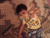 قصة إنسانية.. والد طفل بالمنيا يعانى من ضمور العضلات يناشد بعلاجه بعد محاولاته السابقة للحصول على العلاج