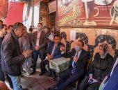محافظ الإسكندرية يستمع لشكاوى المواطنين داخل أحد المقاهى فى القبارى.. صور