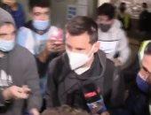 إيقاف ميسي فى مطار برشلونة فور وصوله من الأرجنتين بعد 15ساعة طيران.. فيديو