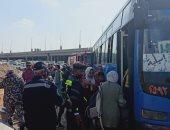 أوناش المرور ترفع حطام حادث انقلاب أتوبيس من أعلى دائرى القاهرة