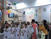 """شاهد """"شماسات طفلات"""" بالكنيسة الكاثوليكية خلال قداس الـ""""مناولة"""""""