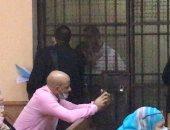 الظهور الأول للمتهمين بقتل فتاة المعادى داخل قفص الاتهام بالمحكمة.. فيديو وصور