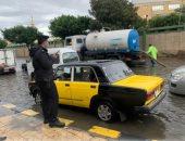 الشرطة تسطر مشاهد إنسانية في مساعدة المواطنين تحت مياه الأمطار..صور