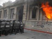 صور.. متظاهرون غاضبون يشعلون النار فى مبنى برلمان جواتيمالا