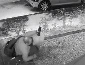 شرطى بريطانى يتعرض لموقف طريف يمنعه من دخول منزله بسبب الجليد.. فيديو