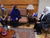 """وزيرة التضامن تلتقى """"سيدة المطر"""" وتوجه برفع كفاءة مسكن زوجها ببني سويف"""
