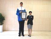موسوعة جينيس تضم صينى عمره 14 عاما وأصبح أطول مراهق فى العالم.. صور