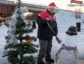 """عجوز روسى يحتفل بعيد الميلاد برسم """"بابا نويل"""" على جليد نهر فى سيبيريا.. فيديو"""