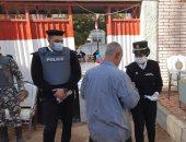 الشرطة النسائية بسوهاج تؤمن لجان الانتخابات وتوزع الكمامات على الناخبين