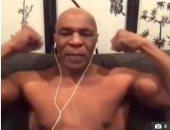 مايك تايسون يخلع قميصه على الهواء لاستعراض عضلاته.. فيديو
