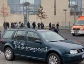 اللقطات الأولى لاصطدام سيارة ببوابة مقر أنجيلا ميركل فى برلين.. فيديو