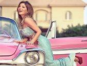 """سميرة سعيد والعودة لأجواء منتصف القرن الماضى بفستان """"فيروزى"""" وسيارة كلاسيكية"""