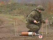 عسكريون روس يزيلون متفجرات وألغام من على طريق قره باغ.. فيديو