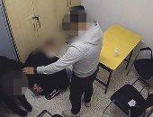 كاميرات مراقبة تكشف عنف حارس أمن يضرب رجلا ويكسر أسنانه بالسويد..صور