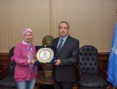 محافظ الإسكندرية يكرم الفائزة بجائزة التميز الحكومى العربى