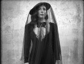 منى زكي تتألق في إطلالة كلاسيكية بأحدث جلسة تصويرية بالأبيض والأسود