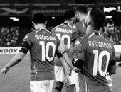 لاعبو نابولى يودعون مارادونا بقميص رقم 10 يحمل اسمه باليوروباليج.. فيديو