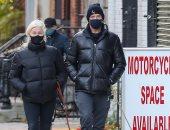 هيو جاكمان فى نزهة مع زوجته بشوارع نيويورك.. صور