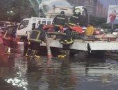 رجال الشرطة يسطرون ملاحم إنسانية بالشوارع لمواجهة الأمطار..صور