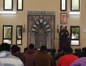 رئيس جامعة عين شمس يلتقى طلاب المدينة الجامعية ويؤدى معهم صلاة الجمعة.. صور