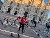 مصرى مقيم في برشلونة يشارك بصورة لنبذ التعصب الكروى قبل مباراة القمة