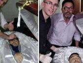 """طرد عامل جنازة من وظيفته بعد صورة """"سيلفى"""" مع جثمان مارادونا داخل النعش"""