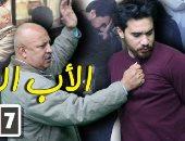 أب يعتدى بالضرب على ابنه البار بالشارع للاستيلاء على راتبه.. شوف رد فعل المصريين