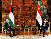 """الرئيس السيسي يؤكد لـ""""أبو مازن"""" دعم مصر الكامل للمواقف والاختيارات الفلسطينية"""