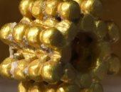 طفل يعثر على تحفة ذهبية فى القدس عمرها نحو 3 آلاف عام .. صورة