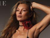 """عارضة الأزياء العالمية كيت موس تزين غلاف مجلة """"فوج"""" البريطانية.. صور"""