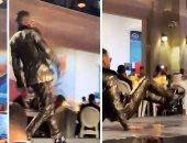 سقوط محمد رمضان أرضا على منصة تتويج مهرجان فنى بـ دبى.. فيديو