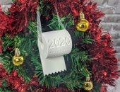 كمامات ومناديل وتماثيل الأطباء.. أحدث تقاليع زينة شجرة الكريسماس فى 2021
