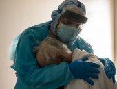 طبيب أمريكى يفضل الإنسانية على سلامته الشخصية ويعانق مصاب بكورونا
