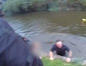 شاهد شرطى ومسعف بريطانيان ينقذان امرأة من الغرق فى اللحظات الأخيرة.. فيديو
