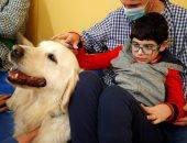 العلاج بالكلاب... أحدث صيحات محاربة مرض التوحد لدى لأطفال