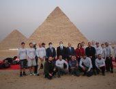 وزراء السياحة والرياضة والطيران يشهدون عرض قفز بالمظلات بسفح الأهرامات