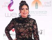 قبلة بين عبير صبرى وزوجها على السجادة الحمراء فى افتتاح مهرجان القاهرة