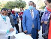 نائب رئيس جامعة أسيوط يتفقد حملة طلابية للتبرع بالدم والكشف عن الأنيميا.. صور