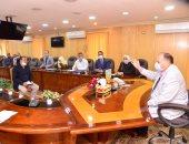 محافظ أسيوط يلتقى مواطنين لحل مشاكلهم ويقدم مساعدات للحالات المستحقة